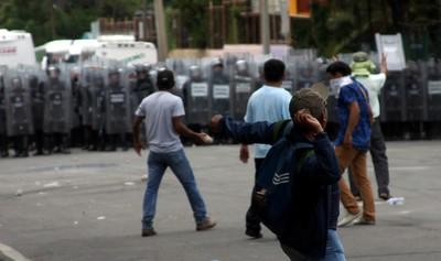 Des-manifestants-face-forces-ordre-20-juin-2016-Oaxaca-dans-Mexique_2_1400_827.jpg
