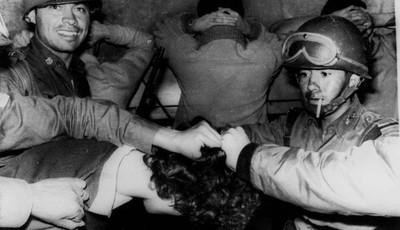 Detenidos en la masacre de Tlatelolco 1968.jpg