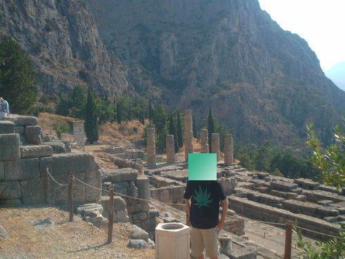 santuario_de_delfos_socrates_conocete_a_ti_mismo(templo_apollon).JPG