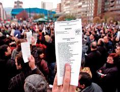 Manifestants mostren les paperetes il·legalitzades de D3M - Foto: Gara