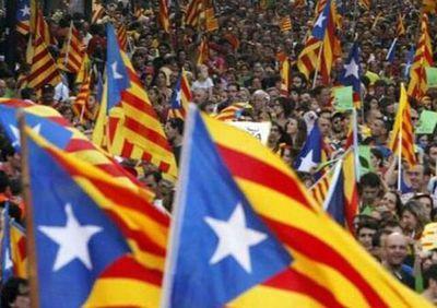 Cientos-esteladas-ondean-calles-Catalunya_EDIIMA20180508_0120_21.jpg