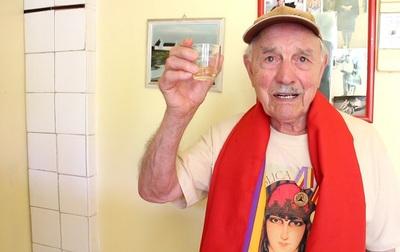 Josep Almudéver brigadista brinda por su 95 cumpleaños..jpg