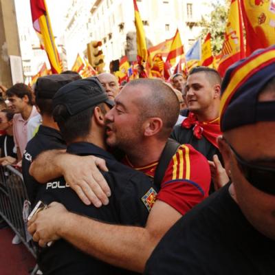 español abrazando policia.png