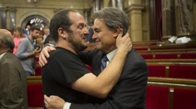 20763_El-dirigente-y-exdiputado-de-CUP-David-Fernandez-i-abrazando-carinozamente-al-presiente-del-partido-corrupto-catalan-Artur-Mas.jpg