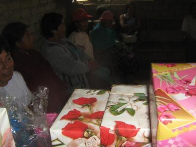 en C.P. Santa Rosa Madres Recibieron Presentes.JPG