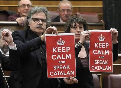 alfred-bosch-y-joan-tarda-en-el-congreso-con-un-cartel-con-la-leyenda-keep-calm-and-speak-catala-manten-la-calma-y-habla-catalan.jpg