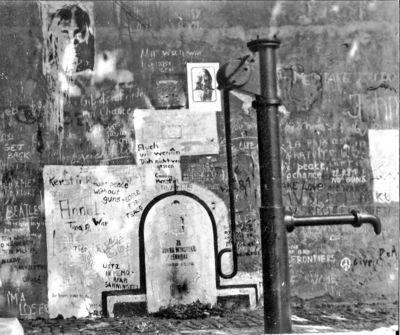 1024px-John_Lennon_-_Prag_-_1981.jpg