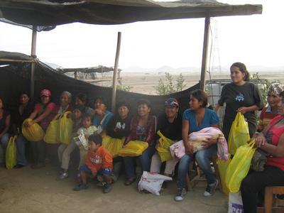 En Pampa Pacta, Madres con sus presentes.JPG