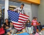 Familia guatemalteca en camino a USA. Foto Carlos de Urabá.JPG