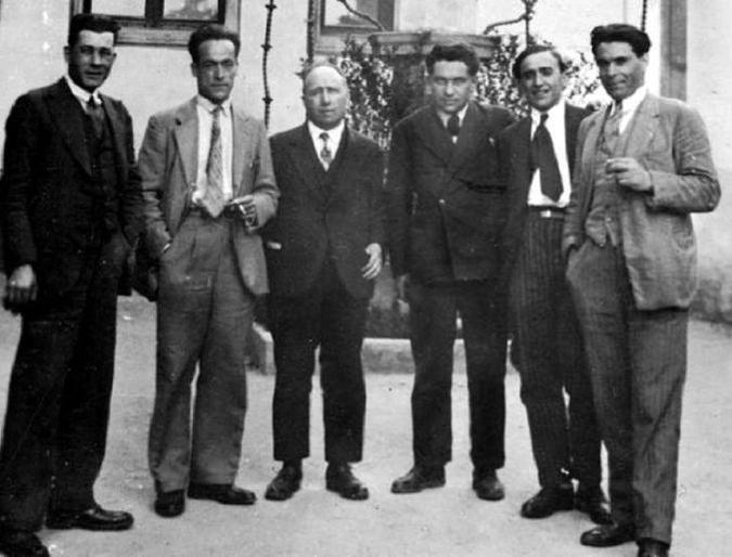 García Vivancos, García Oliver, Louis Lecoin, Pierre Odéon, Francisco Ascaso y Durruti en Montjuïc (Barcelona), mayo de 1931.jpg