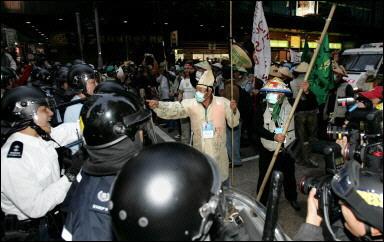 051217115427.1kp8cugt0_militantes-antiglobalizacion-manifestandose-en-honb.jpg