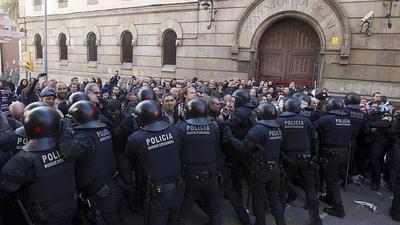 Los Mossos cargan contra los manifestantes a las puertas de la Modelo.jpg