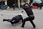 greek-youths-clash-with-r-005.jpg