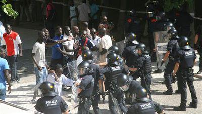 Mossos-cargan-protesta-senegales-Salou_EDIIMA20150811_0335_18.jpg