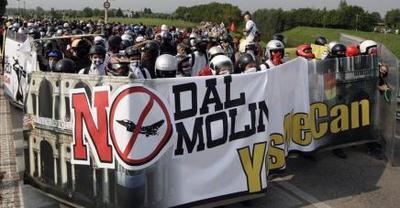 2370378673-enfrentamientos-manifestantes-policias-italianos-dias-previos-g8.jpg