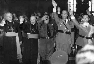 obispos saludan al estilo fascista.jpg