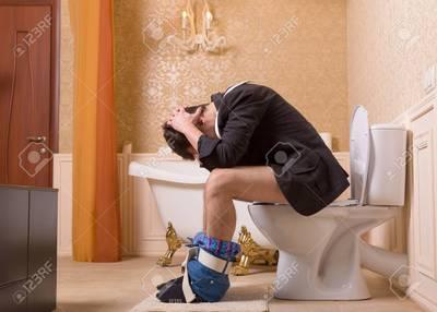 74072643-diarrea-o-estreñimiento-problema-el-hombre-en-el-inodoro.jpg