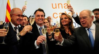 Artur-Mas--su-mujer-Helena-Rakonsnik--Josep-Antoni-Duran-i-Lleida-y-Jordi-Pujol-brindan-con-champan-en-las-autonomicas-catalanas-de-2010-.jpg