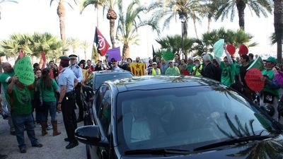 Montoro-manifestants-Vilanova-Geltru-ACN_ARAIMA20140521_0228_11.jpg
