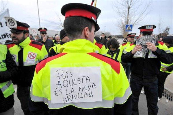 espana-crisis-mossos-mossos-y-bomberos-protestan-durante-la-visita-del-consejero-de-interior-felip-puig-a-girona$599x0.jpg