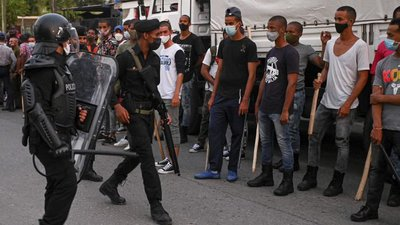 fuerzas-policiales-y-parapoliacles-se-preparan-para-hacer-frente-a-las-protestas-en-arroyo-naranjo-en-la-habana.--655x368.jpg