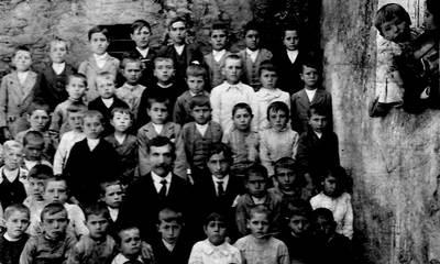 Francisco-Portales-Sirgado-con-sus-alumnos-del-Colegio-Zahínos-1915..jpg