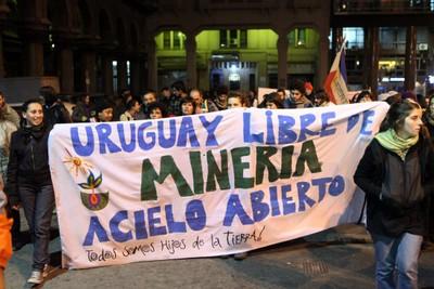 Indigenas-y-ecologistas-protestan-contra-la-mineria-en-Uruguay.jpg