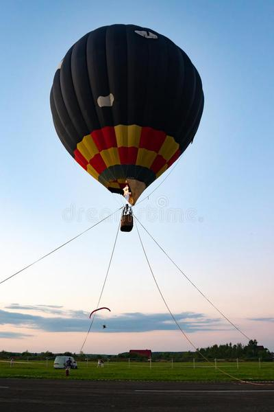 globo-de-aire-colorido-atado-cuerdas-al-suelo-prepárese-para-volar-lejos-159606707.jpg