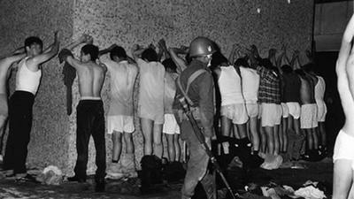 estudiantes detenidos en Tlatelolco 1968 II.jpg