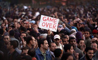 tahrir_demonstranten_game_over_2_fullSize_1.9270855.1296331177.jpg